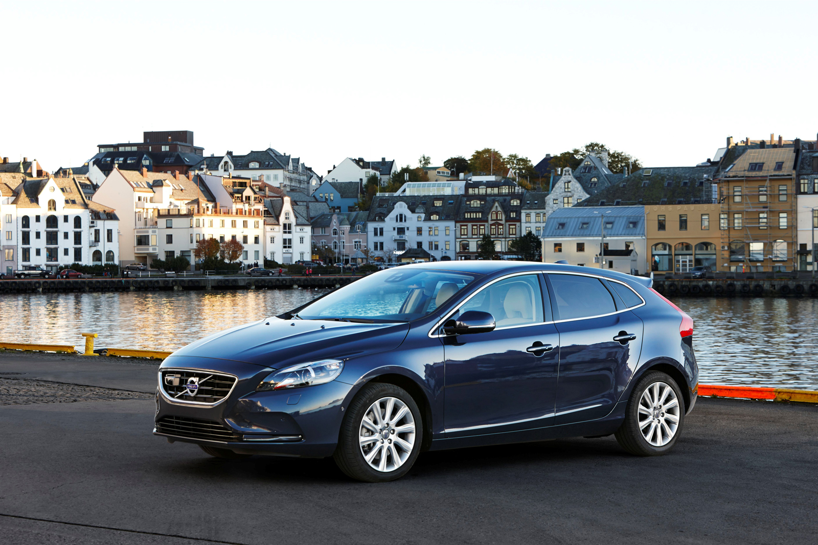 New Volvo V40 >> Volvo Introduces Powerful and Efficient New Engines for V40 D4 and T5 Models - autoevolution