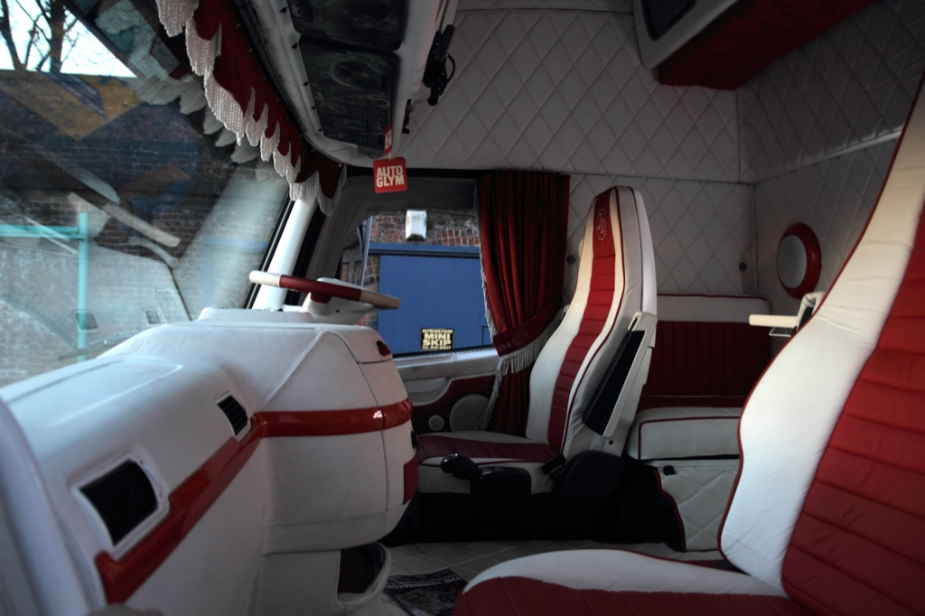 volvo trucks offers a look inside terminator 39 s cab autoevolution. Black Bedroom Furniture Sets. Home Design Ideas