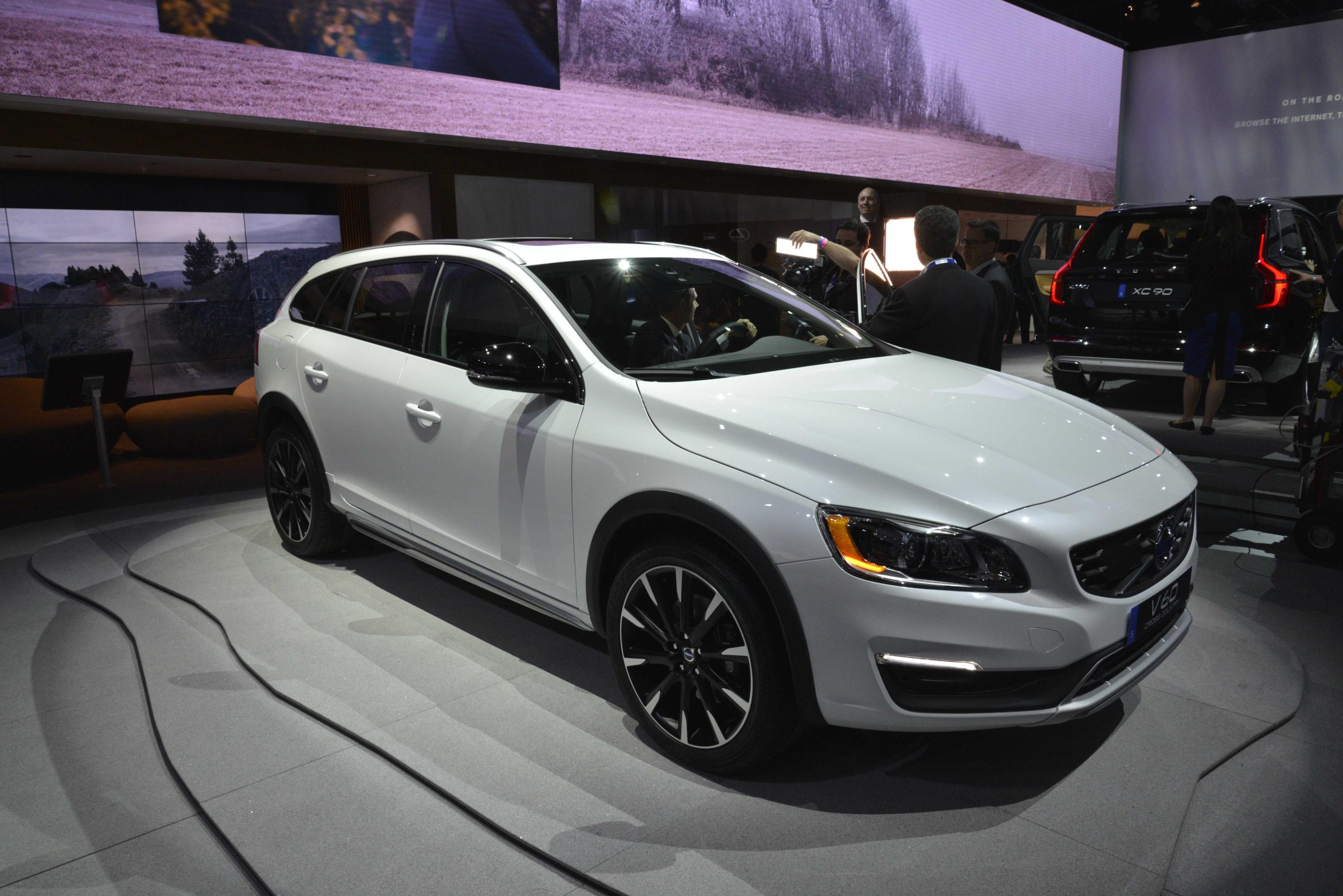 Volvo V60 Cross Country Makes World Debut At 2014 La Show