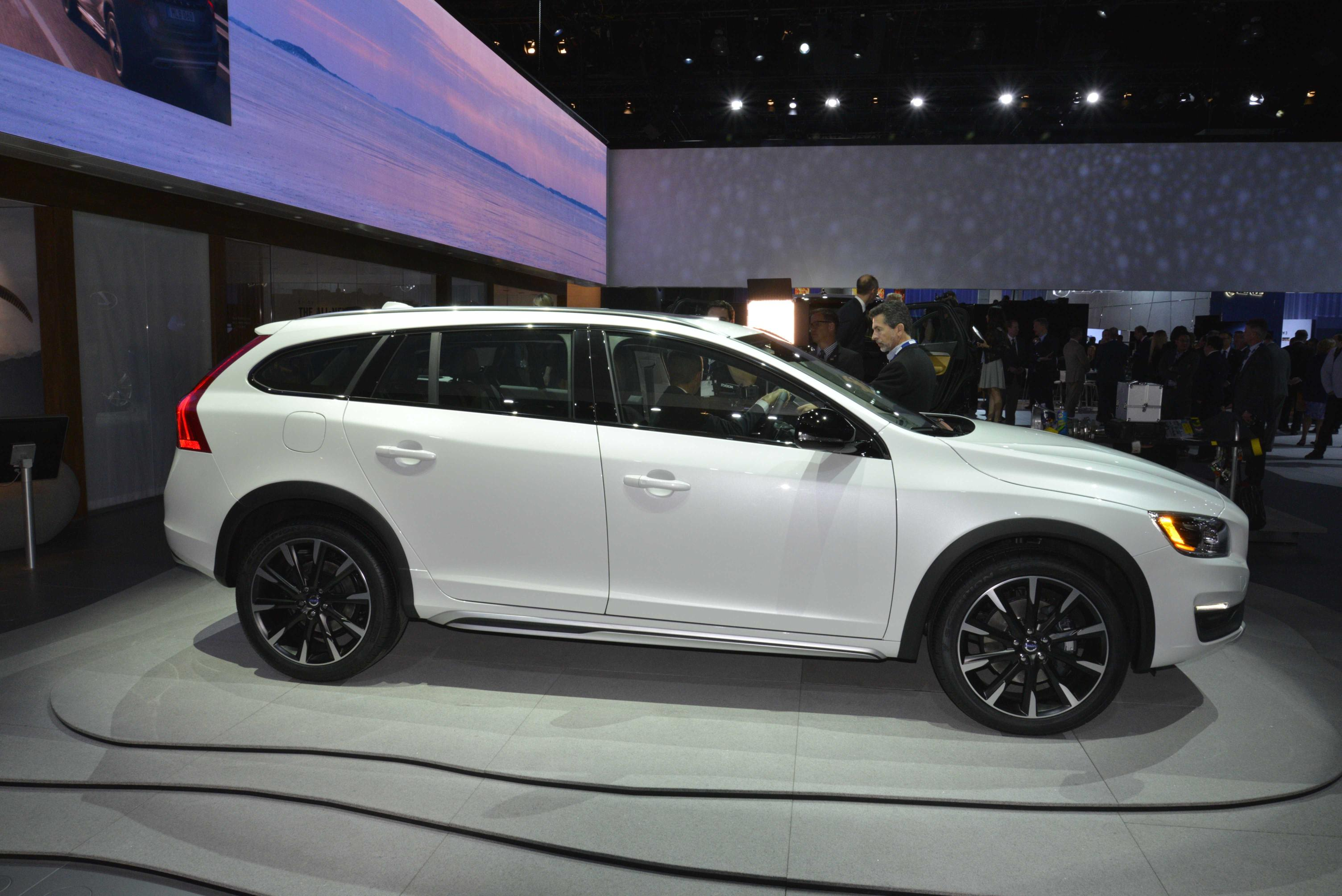Volvo V60 Cross Country Makes World Debut at 2014 LA Show [Live Photos] - autoevolution