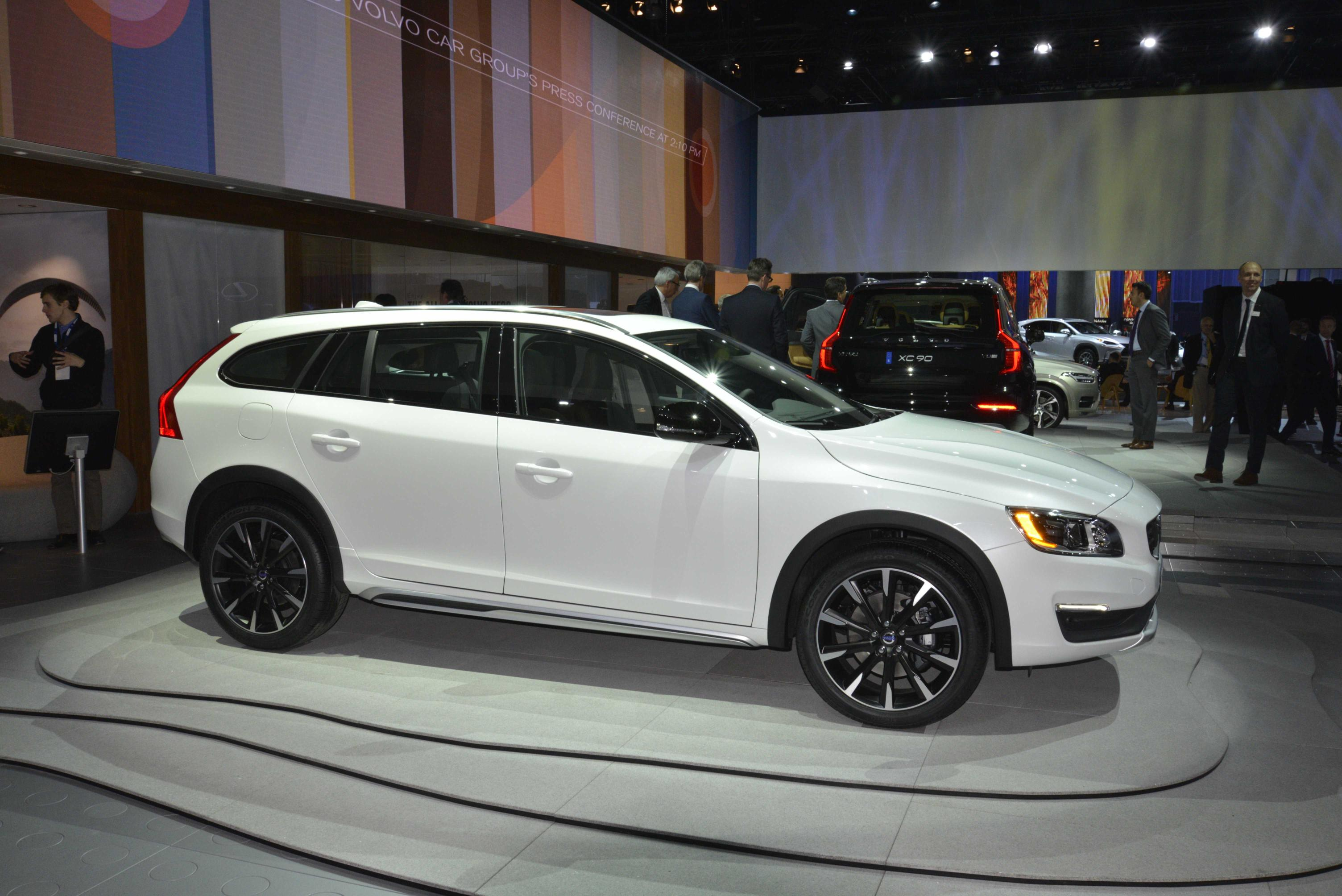 volvo v60 cross country makes world debut at 2014 la show live photos autoevolution. Black Bedroom Furniture Sets. Home Design Ideas