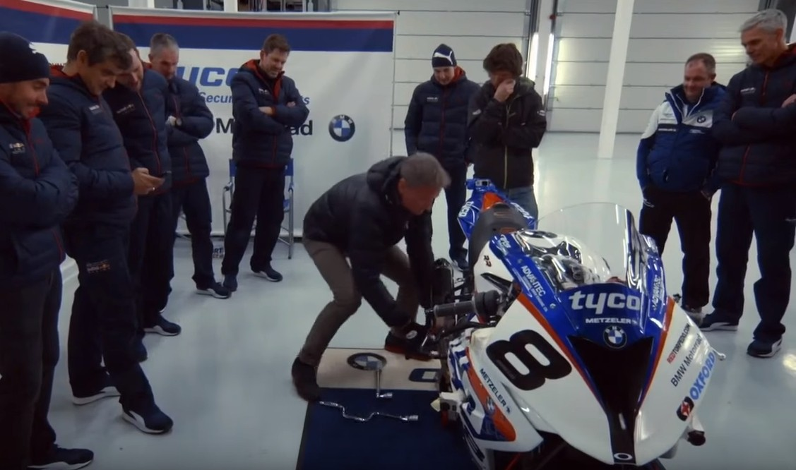 Watch David Coulthard's F1 Car Beat Guy Martin's Superbike - autoevolution