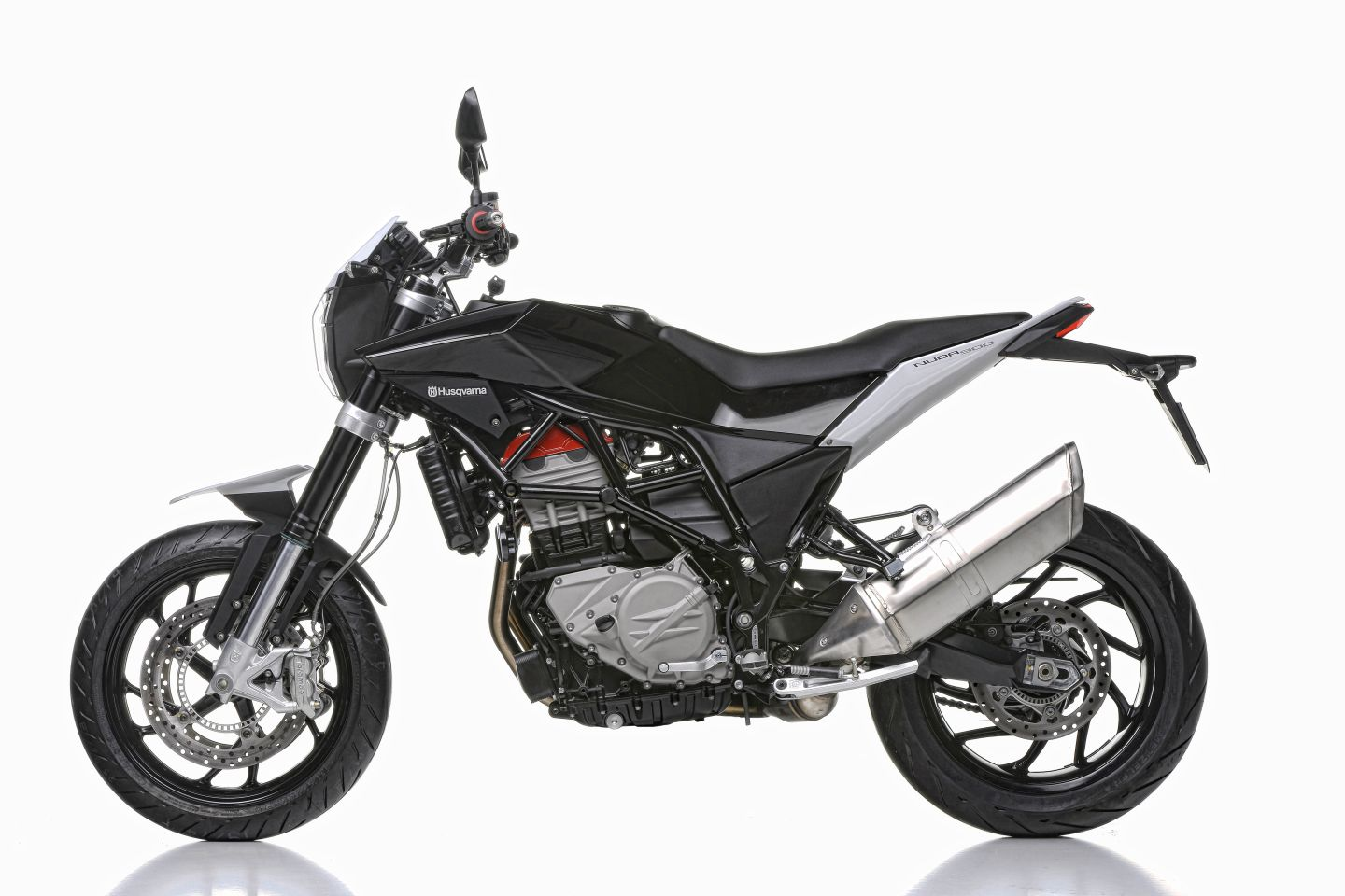 witness the new abs husqvarna nuda 900 and 900 r autoevolution. Black Bedroom Furniture Sets. Home Design Ideas
