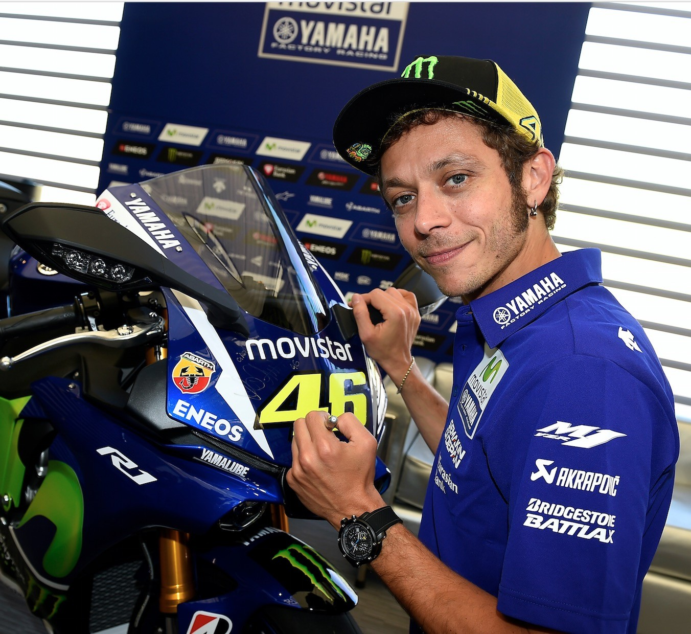Yamaha R1 in MotoGP Livery Autographed by Valentino Rossi Up for Grabs - autoevolution