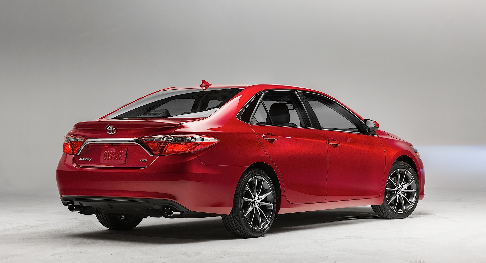 your new 2015 toyota camry starts at 22 970 autoevolution. Black Bedroom Furniture Sets. Home Design Ideas