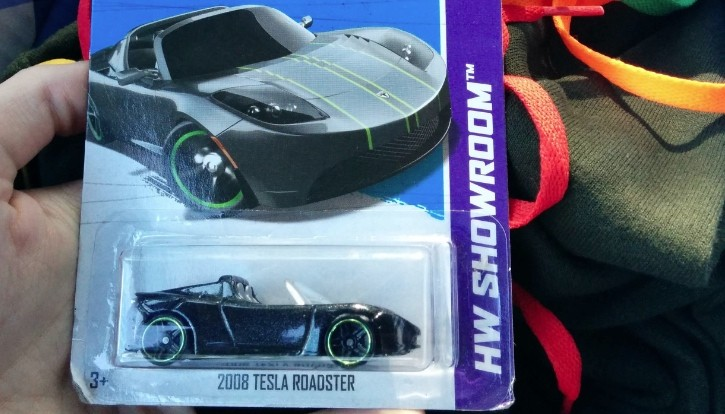 Girl Buys Tesla Roadster Scale Model for Boyfriend after He Promised He'll Marry Her
