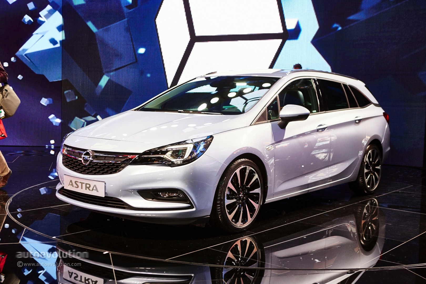 gm ceo mary bara shows opel astra sports tourer in frankfurt 30k astra orders autoevolution. Black Bedroom Furniture Sets. Home Design Ideas