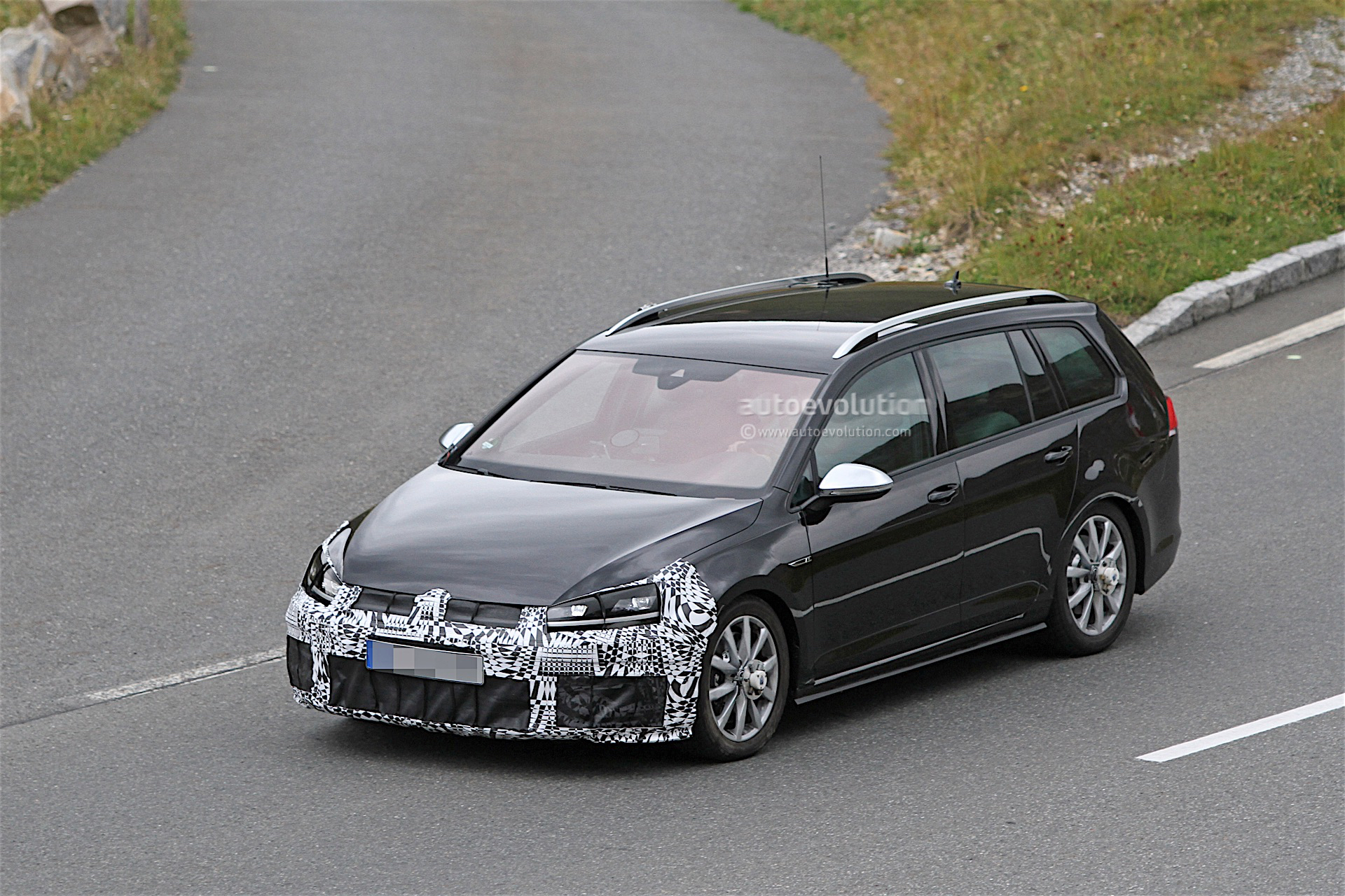volkswagen golf r facelift spied testing with wagon body style autoevolution. Black Bedroom Furniture Sets. Home Design Ideas