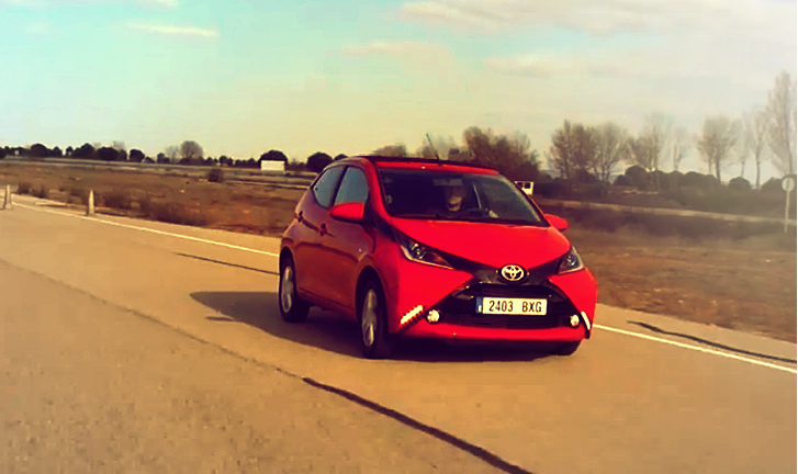 here s the first video with the 2015 toyota aygo in action autoevolution. Black Bedroom Furniture Sets. Home Design Ideas