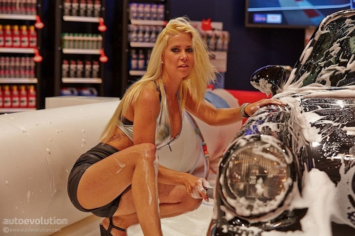 Porsche and Girls - Page 3 Hot-girls-washing-a-porsche-911-classic-at-essen-motor-show-2014-photo-gallery-89458-7