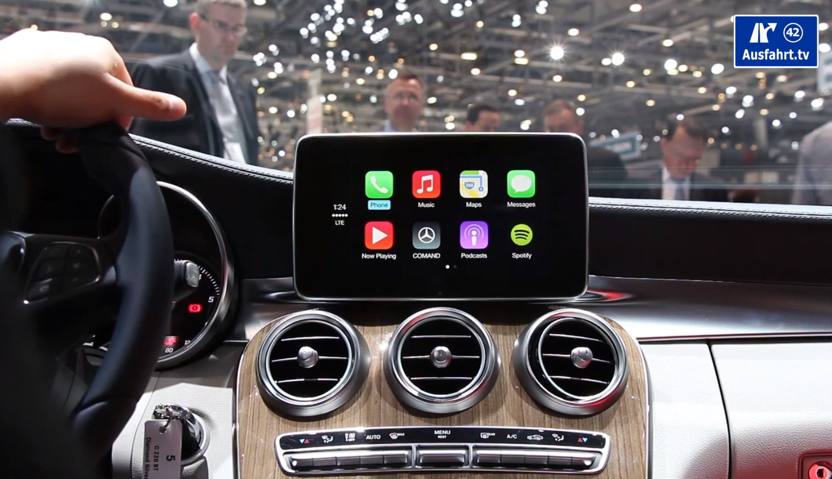 How Apple CarPlay Works on The New C-Class W205 - autoevolution