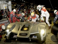 Pit crew service in the Le Mans 24 Hours Race