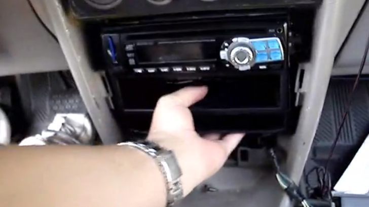 How to Remove Radio Unit on 2002 Toyota Corolla [Video]