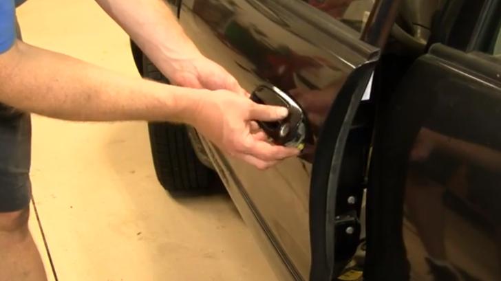 How To Replace Exterior Door Handle On 1998 2002 Toyota Corolla Autoevolution