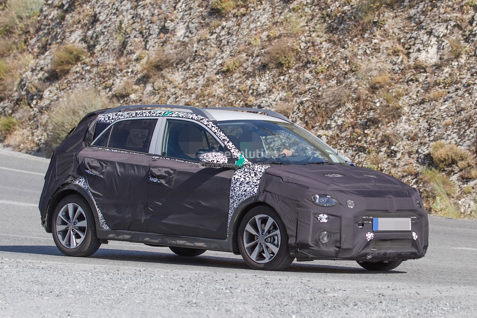 hyundai i20 cross test mule spotted in southern europe might go global autoevolution. Black Bedroom Furniture Sets. Home Design Ideas