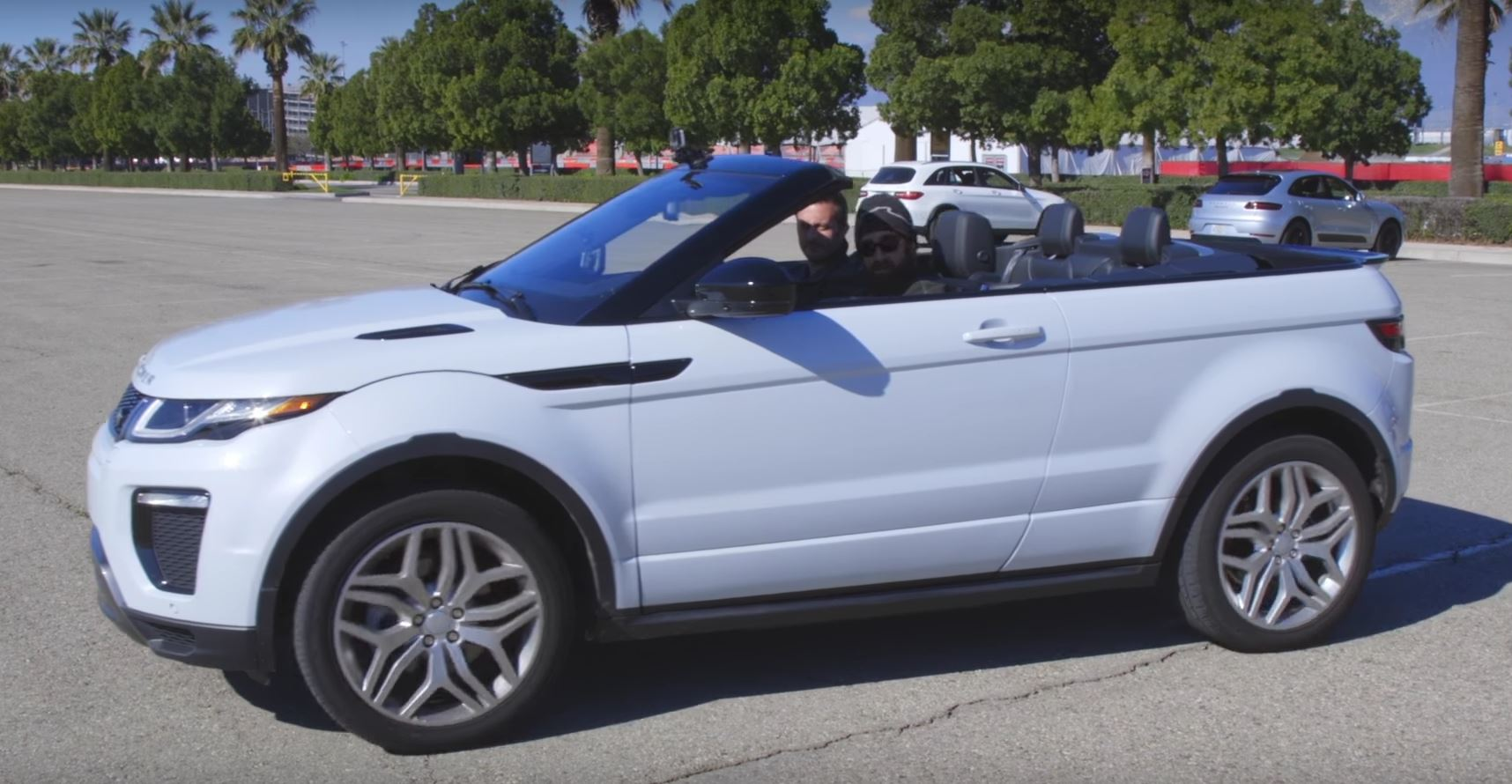 just two men driving an evoque convertible arguing it 39 s like the classic suvs autoevolution. Black Bedroom Furniture Sets. Home Design Ideas
