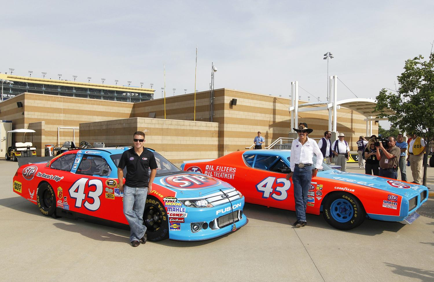 King Richard Petty Honored In Stp S Nascar Return