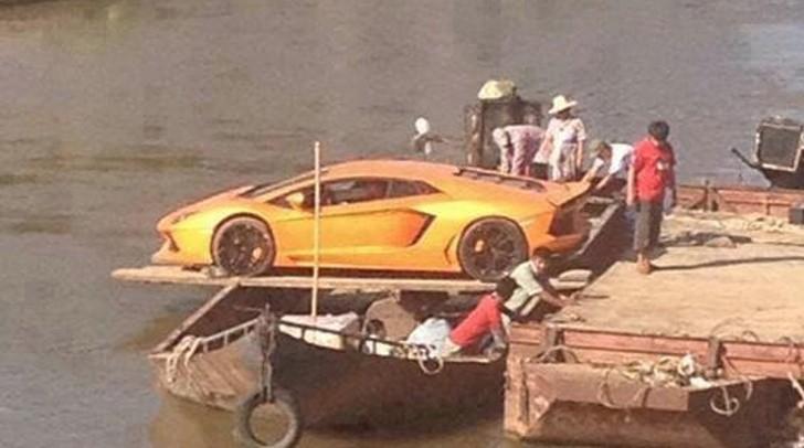 Lamborghini Aventador Crosses River With Boat Improvisation Autoevolution