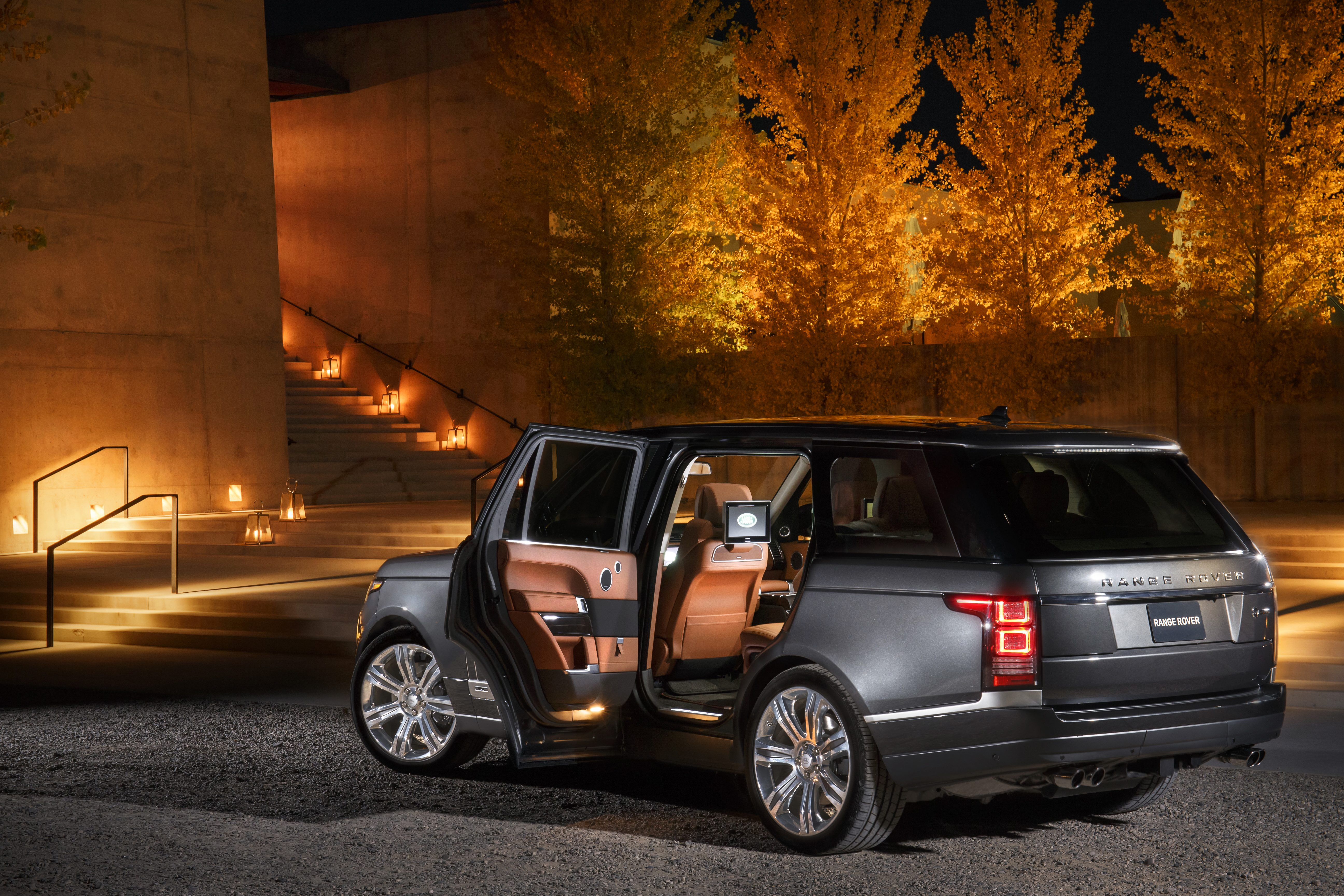 https://s1.cdn.autoevolution.com/images/news/land-rover-celebrates-the-launch-of-its-new-range-rover-svautobiography-in-style-103981_1.jpg