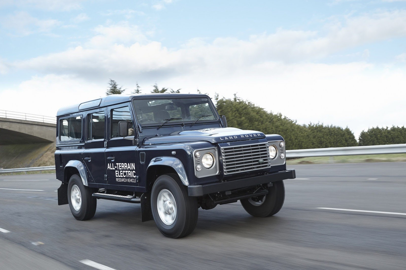https://s1.cdn.autoevolution.com/images/news/land-rover-to-showcase-electric-defender-in-geneva-photo-gallery-55712_1.jpg