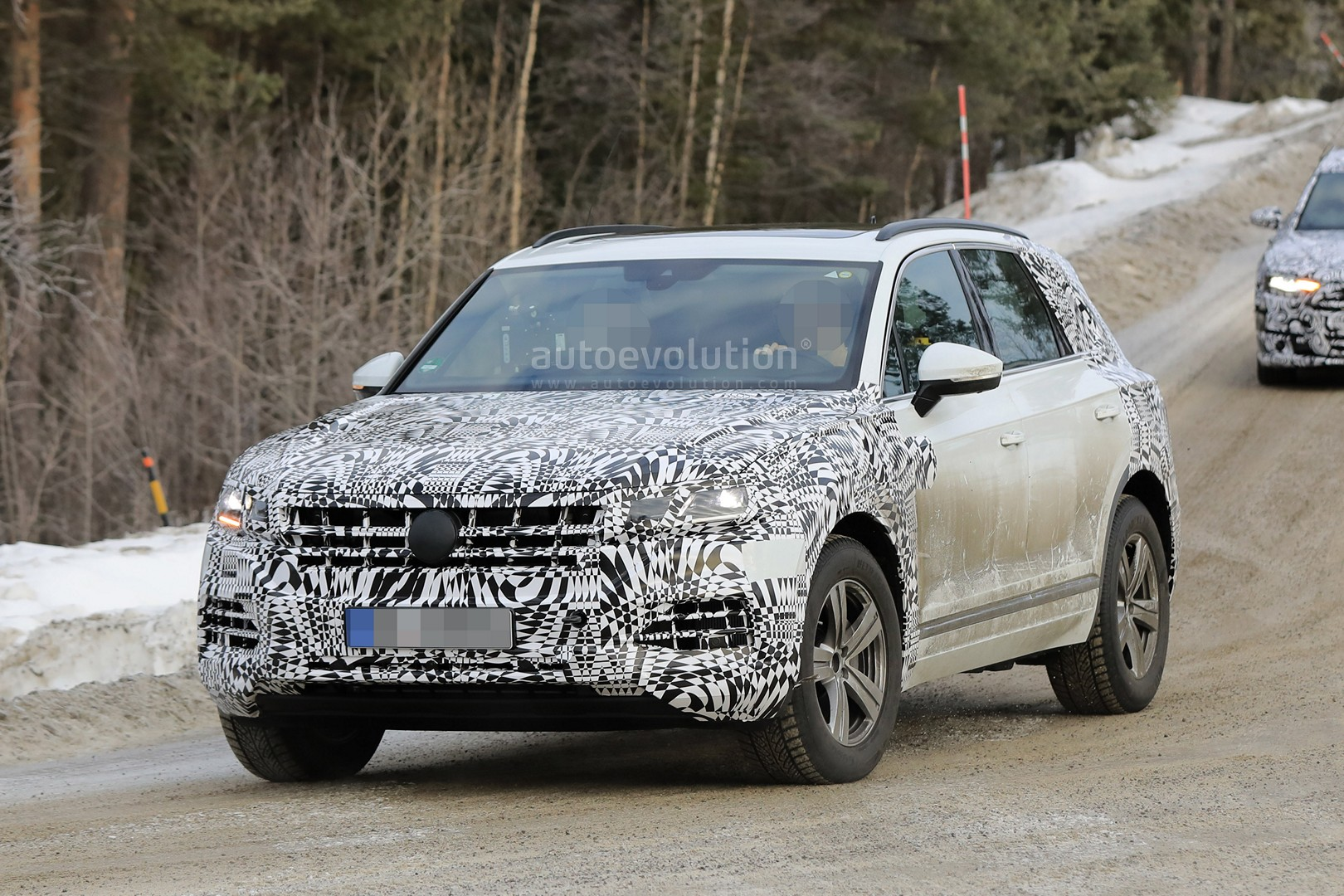 less disguised 2018 volkswagen touareg spied during winter testing autoevolution. Black Bedroom Furniture Sets. Home Design Ideas