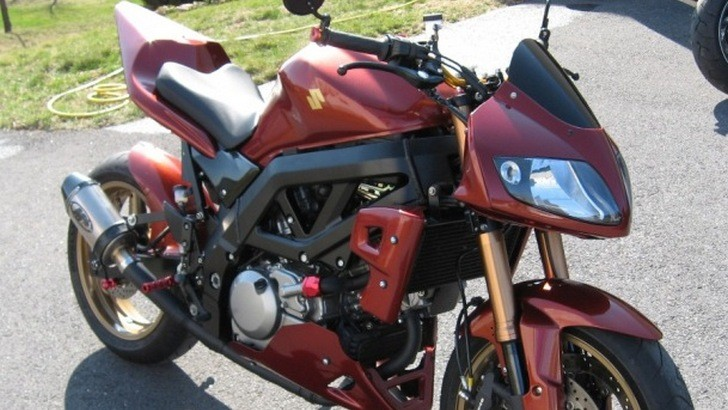 mauled suzuki sv650 brought back to glorious fighter fame autoevolution. Black Bedroom Furniture Sets. Home Design Ideas
