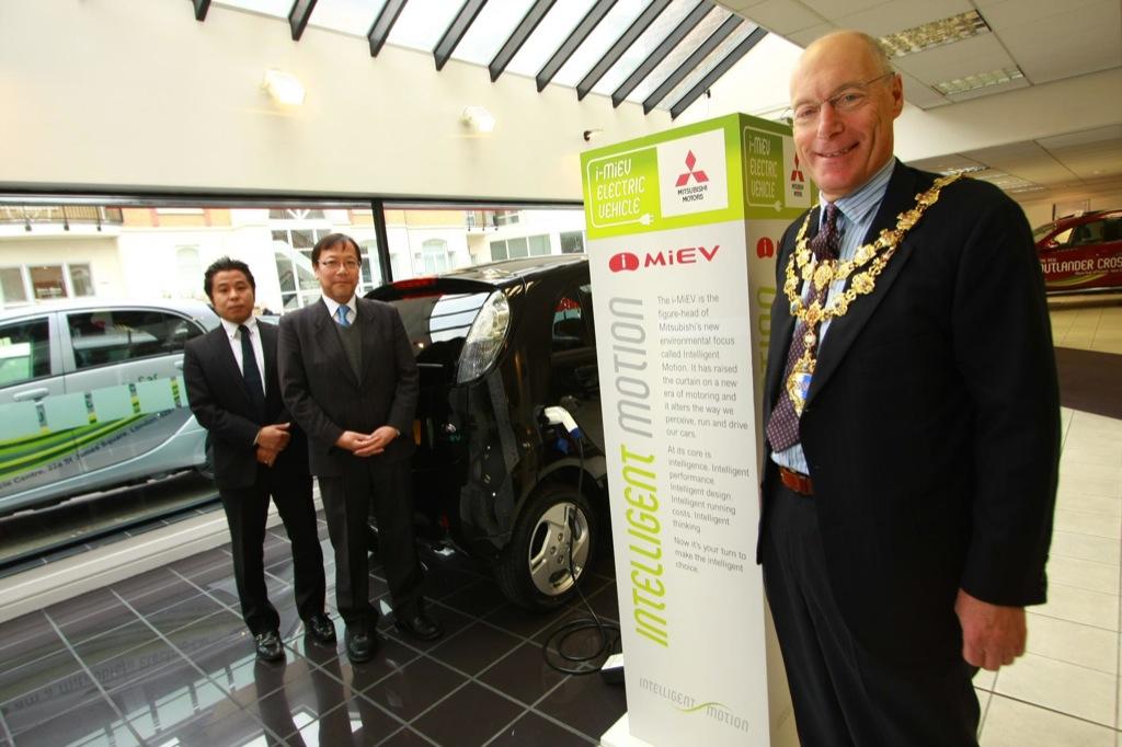 Mayor of london supports the mitsubishi i miev hand over for Mitsubishi motors customer service