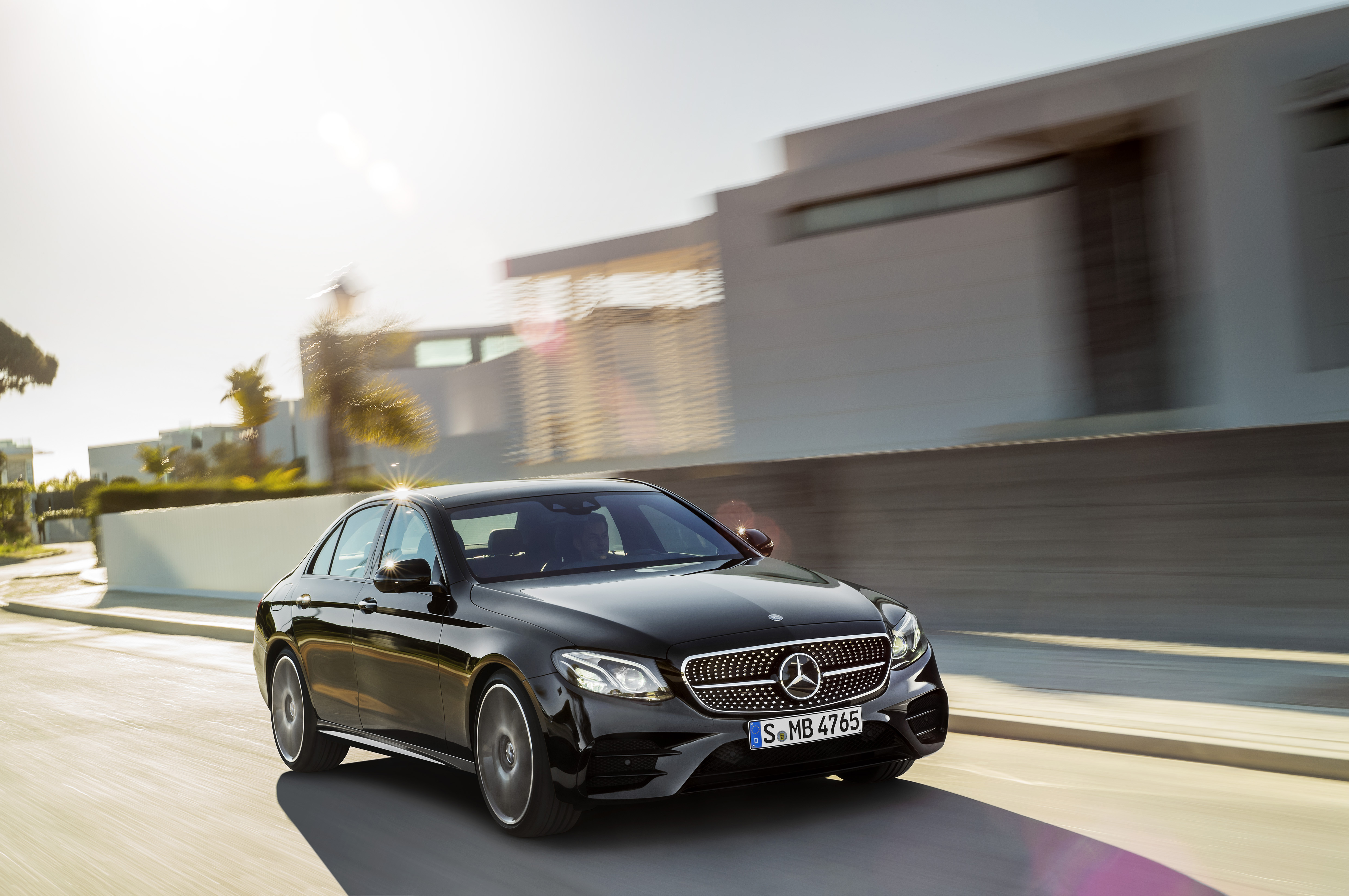 https://s1.cdn.autoevolution.com/images/news/mercedes-amg-e43-4matic-looking-good-in-black-in-first-official-video-105691_1.jpg