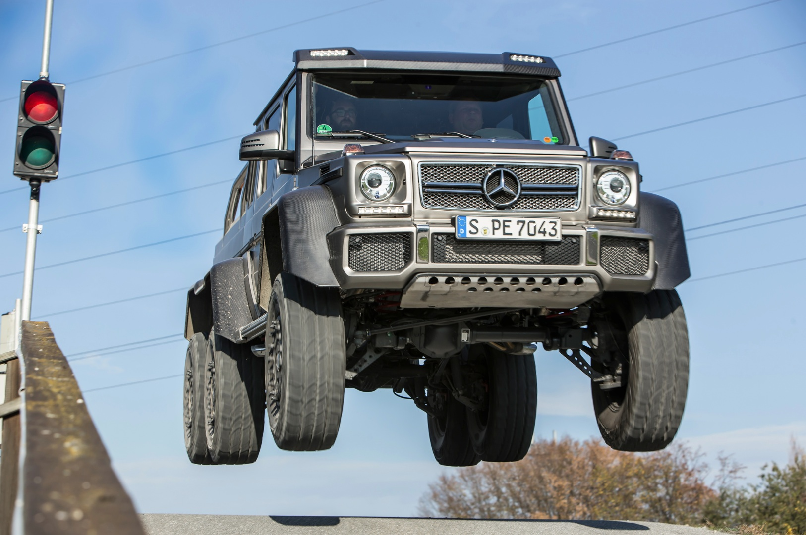 mercedes benz g 63 amg 6x6 gets first drive by truck trend autoevolution. Black Bedroom Furniture Sets. Home Design Ideas