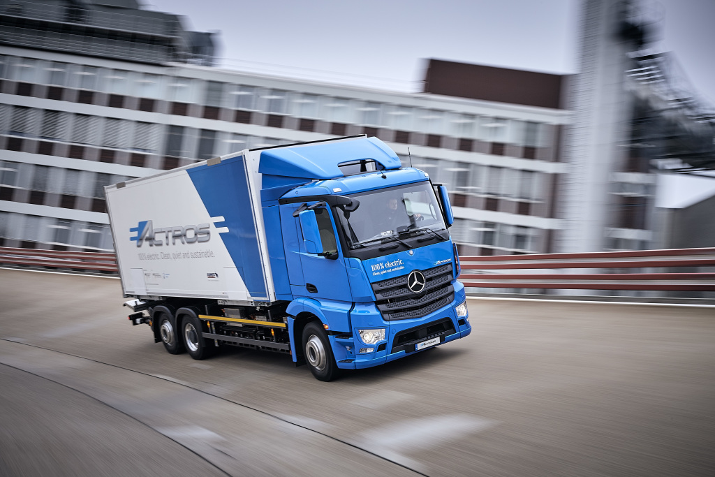 Mercedes benz introduces the eactros a 200 km heavy duty for Mercedes benz semi trucks