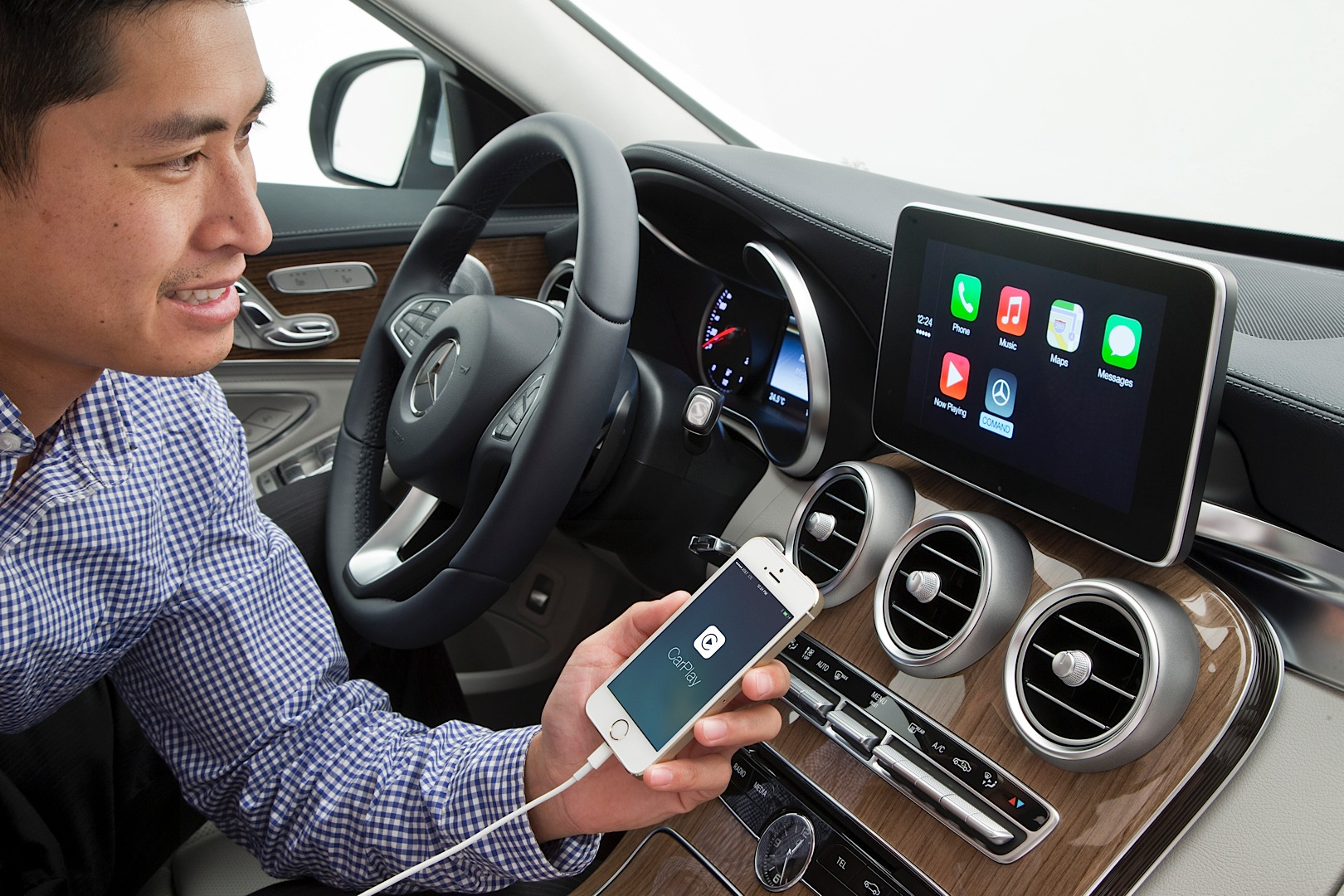 Mercedes-Benz to Offer Apple CarPlay Retrofitting on Older