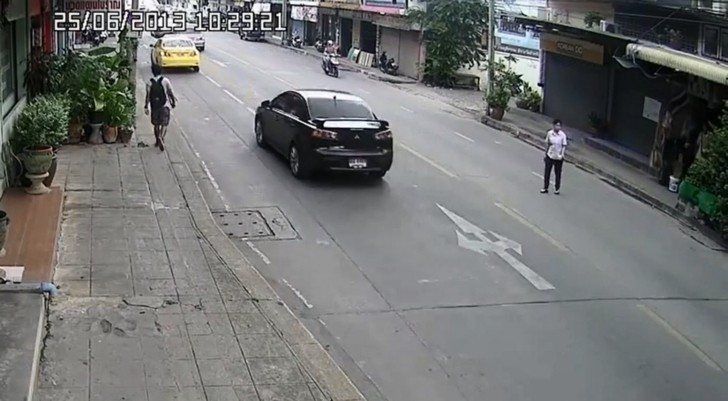 Mindless Woman Hit Full-On by Scooter [Video]