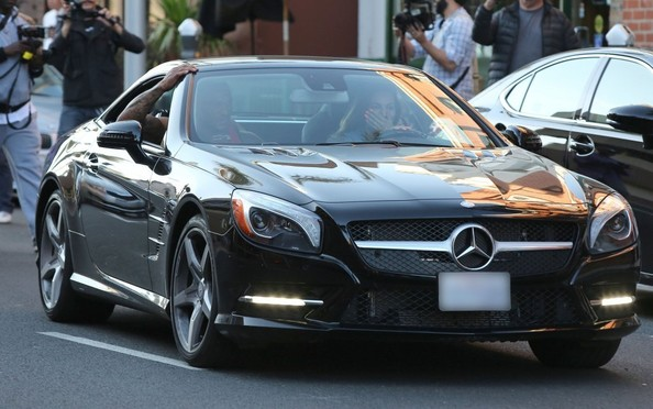 Model kelly brook drives a mercedes sl class autoevolution Celebrity motors
