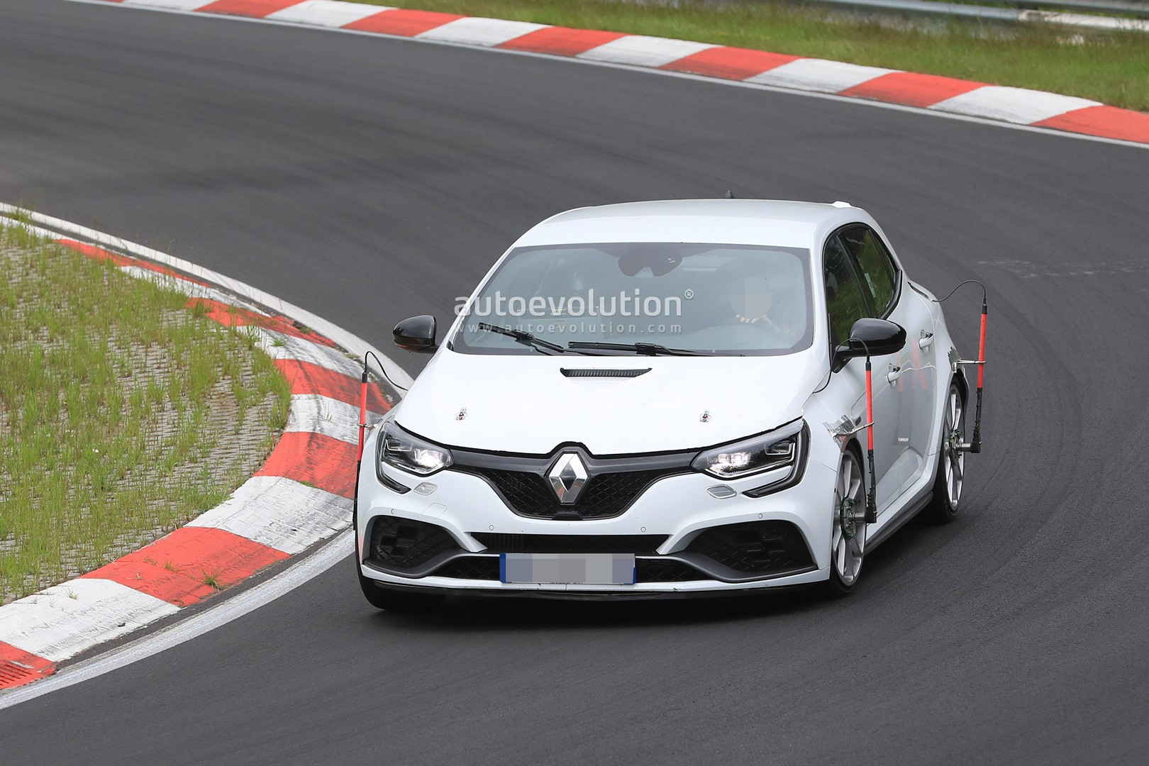 https://s1.cdn.autoevolution.com/images/news/new-megane-rs-trophy-spied-at-the-nurburgring-with-vented-hood-no-rear-seats-126514_1.jpg