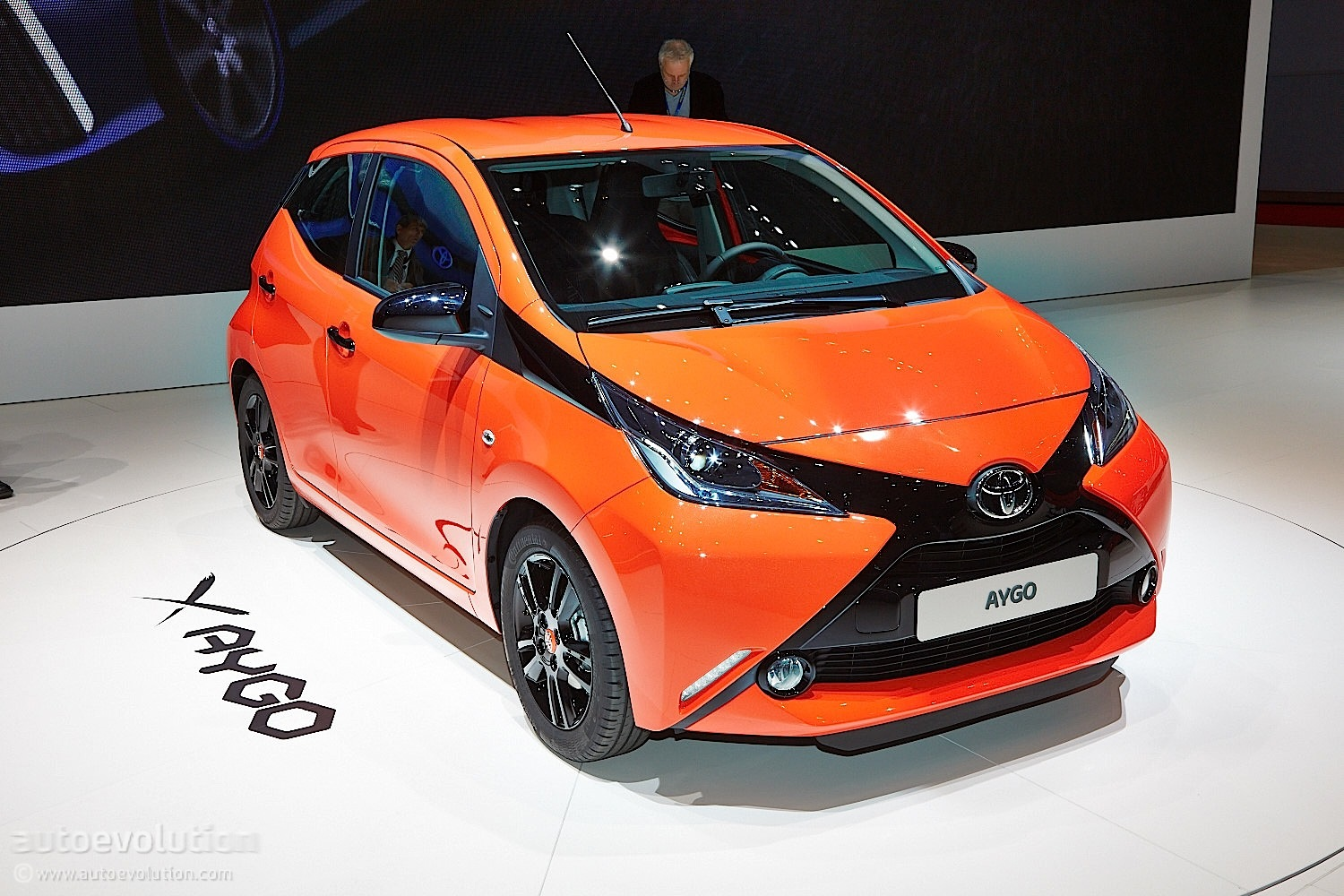 new toyota aygo posing from geneva 2014 live photos autoevolution. Black Bedroom Furniture Sets. Home Design Ideas