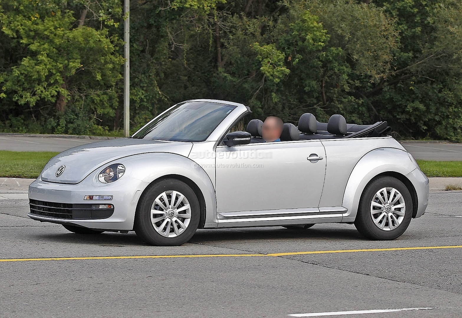 new vw beetle cabrio spied with top down autoevolution. Black Bedroom Furniture Sets. Home Design Ideas