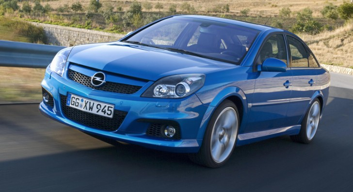 Opel Vectra OPC vs BMW F10 M5 Drag Race [Video]