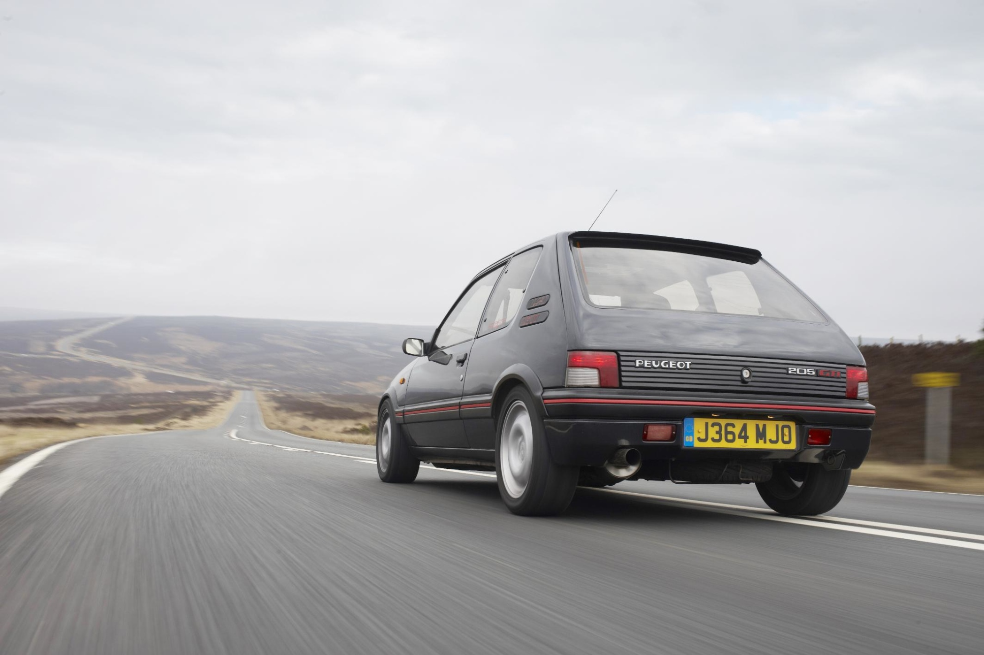 Peugeot 205 gti gets modern tuning conversion autoevolution for Housse 205 gti