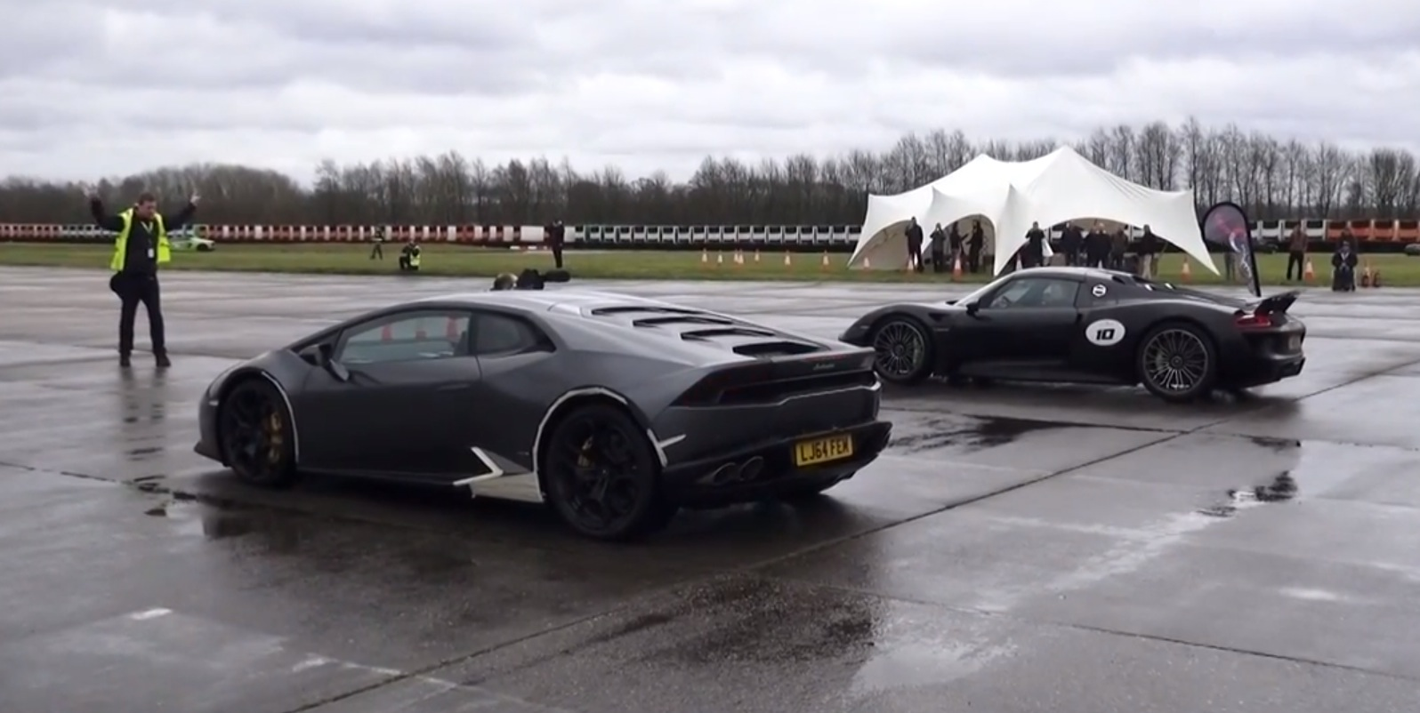 porsche 918 spyder vs lamborghini huracan drag race is close as hell autoevolution. Black Bedroom Furniture Sets. Home Design Ideas