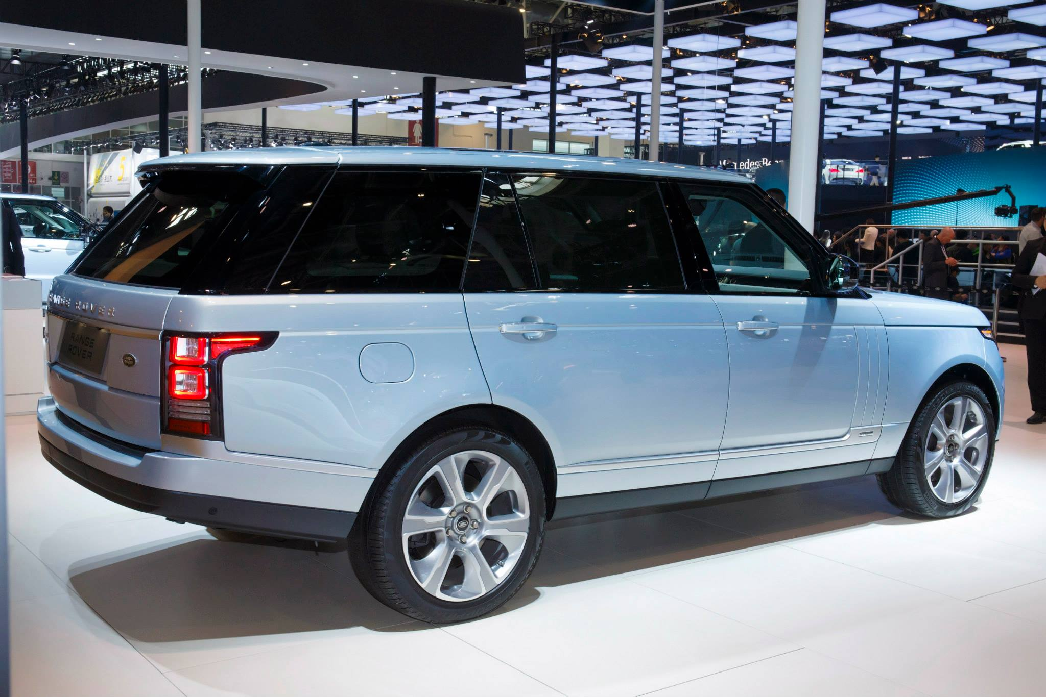 range rover hybrid long wheelbase revealed in china autoevolution. Black Bedroom Furniture Sets. Home Design Ideas