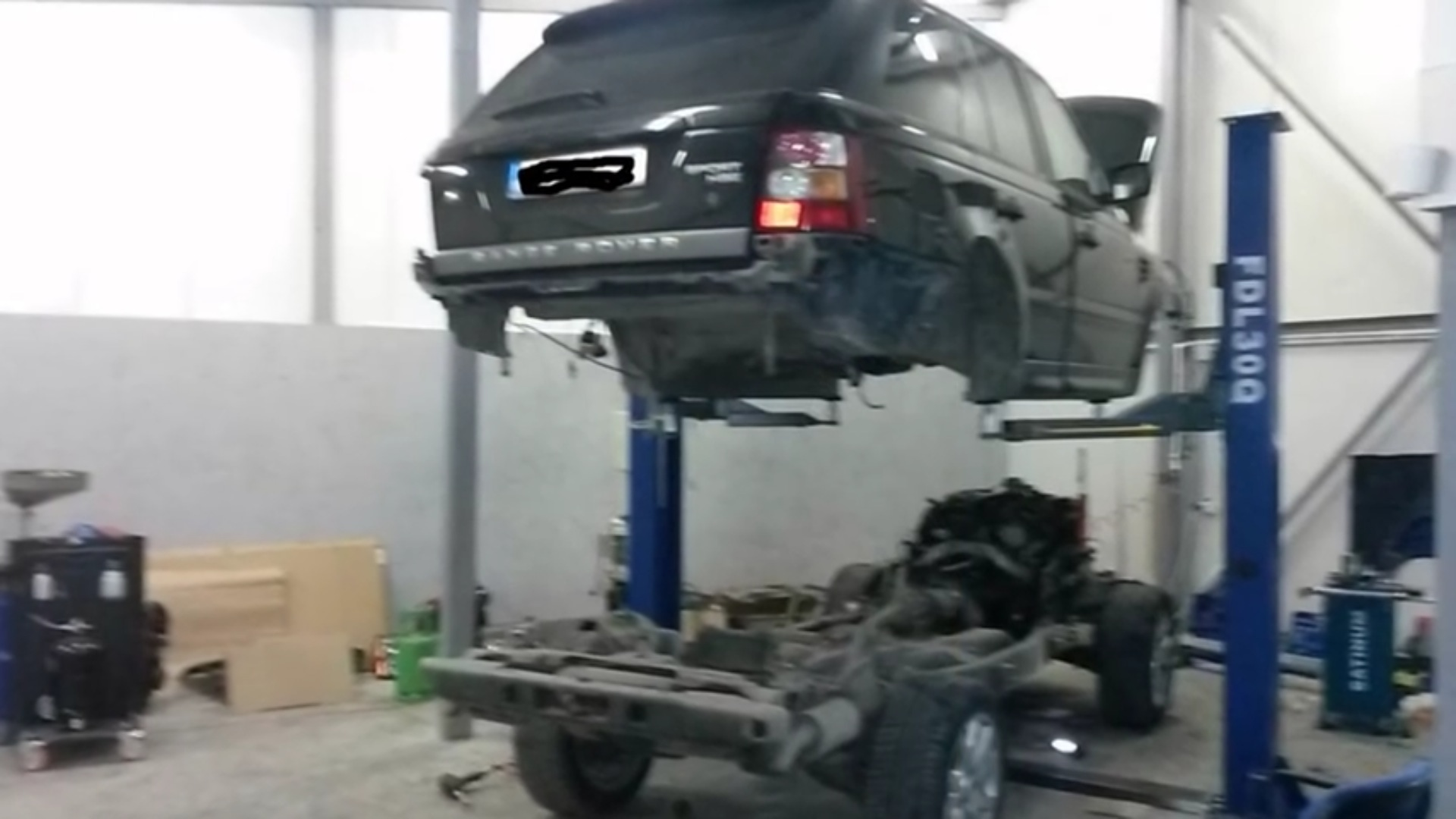 range rover sport split in half by mechanics just to repair the