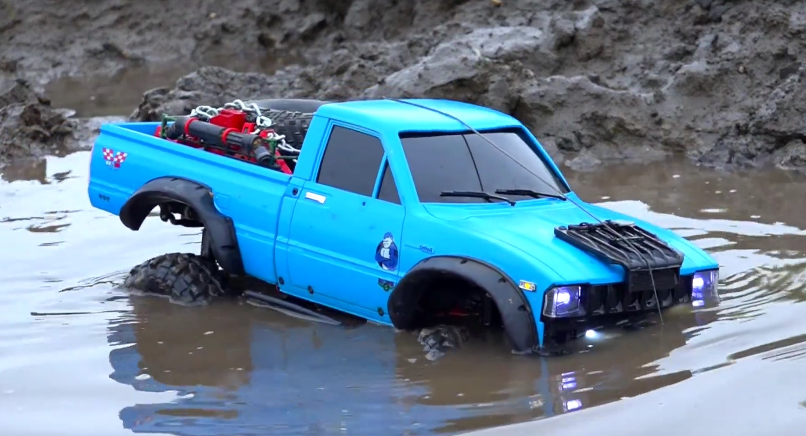 rc toyota hilux 4x4 goes off roading in the mud does a hell of a job autoevolution. Black Bedroom Furniture Sets. Home Design Ideas
