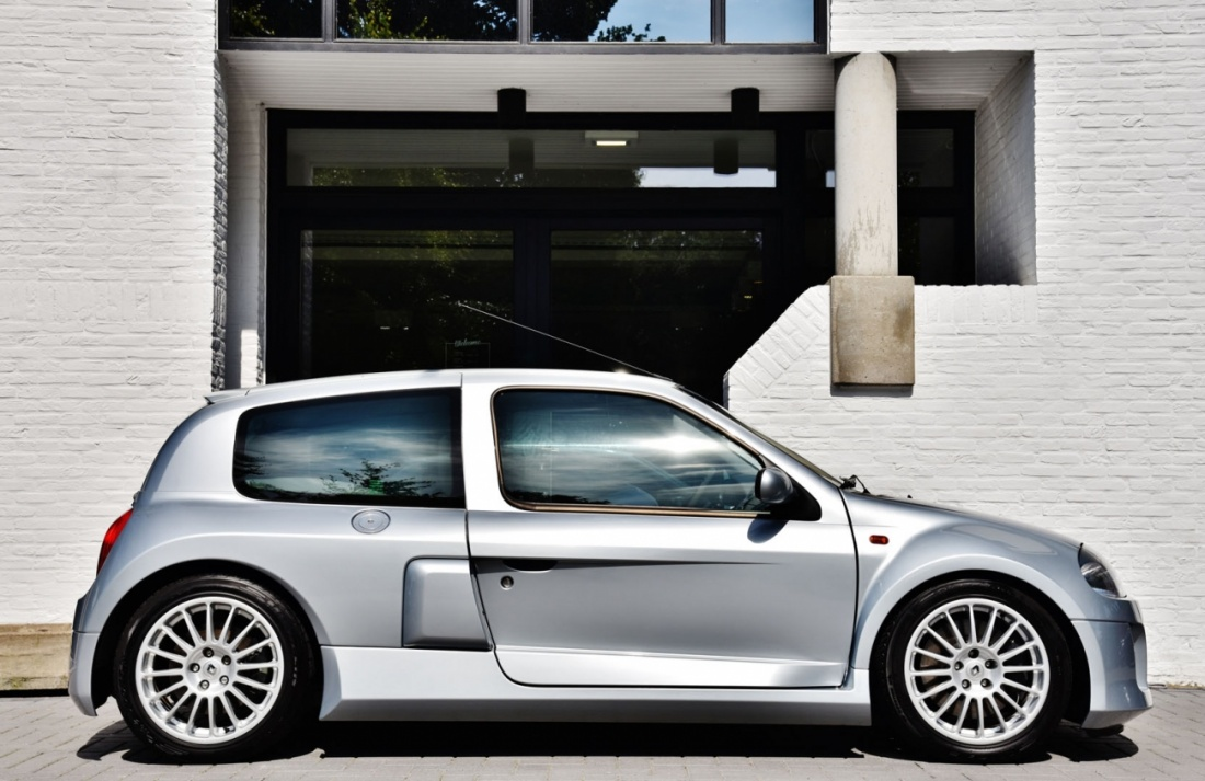 renault clio v6 rs in pristine condition could be yours for 44 950 autoevolution. Black Bedroom Furniture Sets. Home Design Ideas