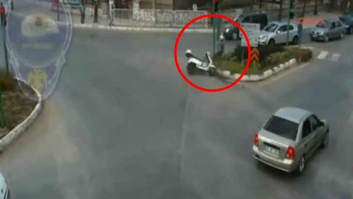 Rider Hits His Head Against Metal Pole, Saved by the Helmet [Video]