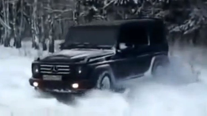 See a mercedes benz g 500 create its own road in the snow for Mercedes benz creator