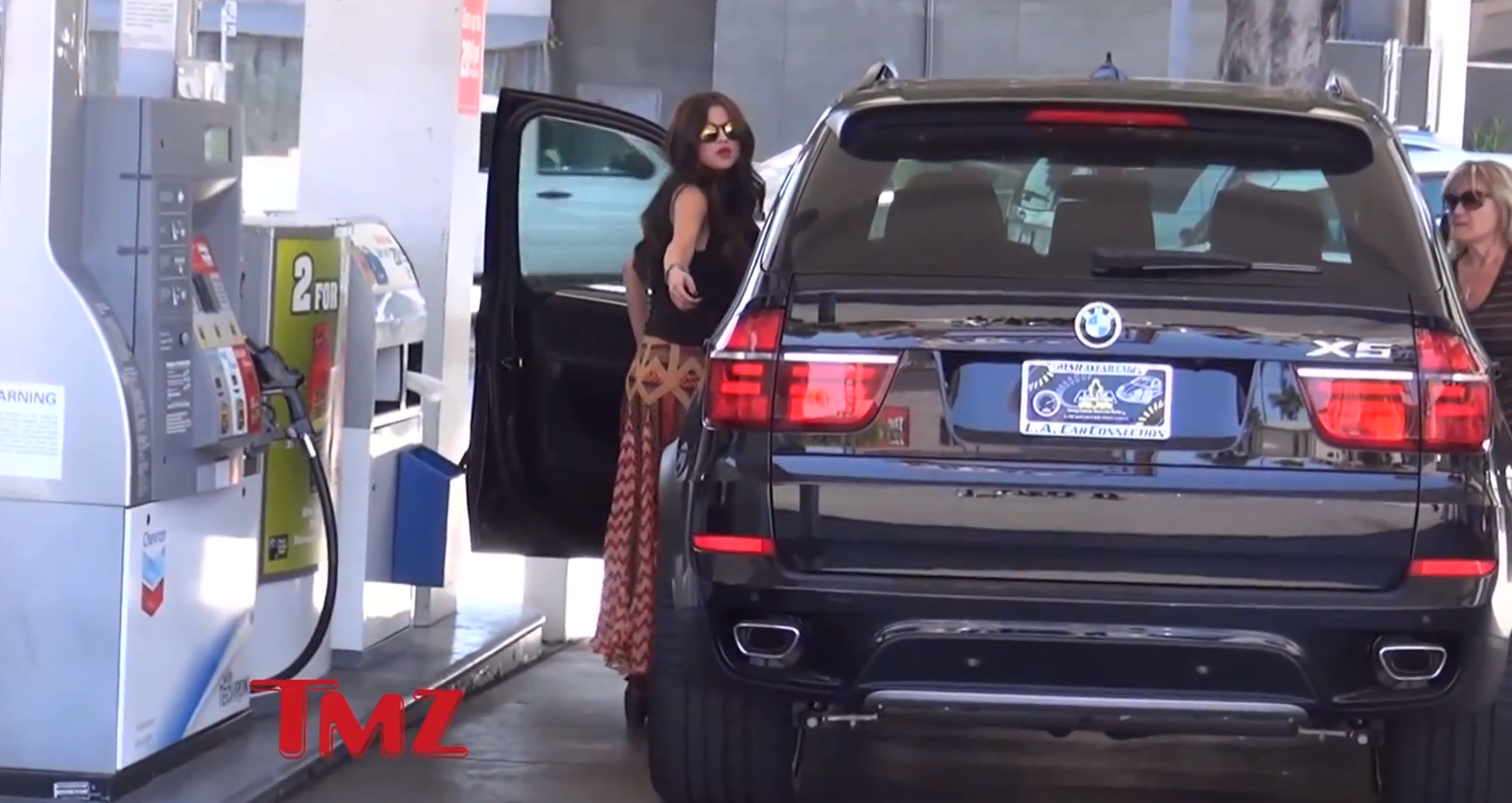 Selena gomez is not very handy with her new bmw x5 Celebrity motors