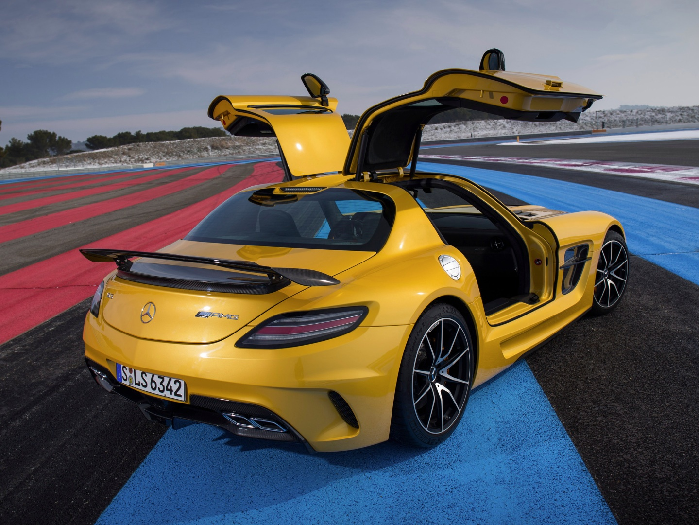 sls amg black series is sports car of the year 2013 autoevolution. Black Bedroom Furniture Sets. Home Design Ideas