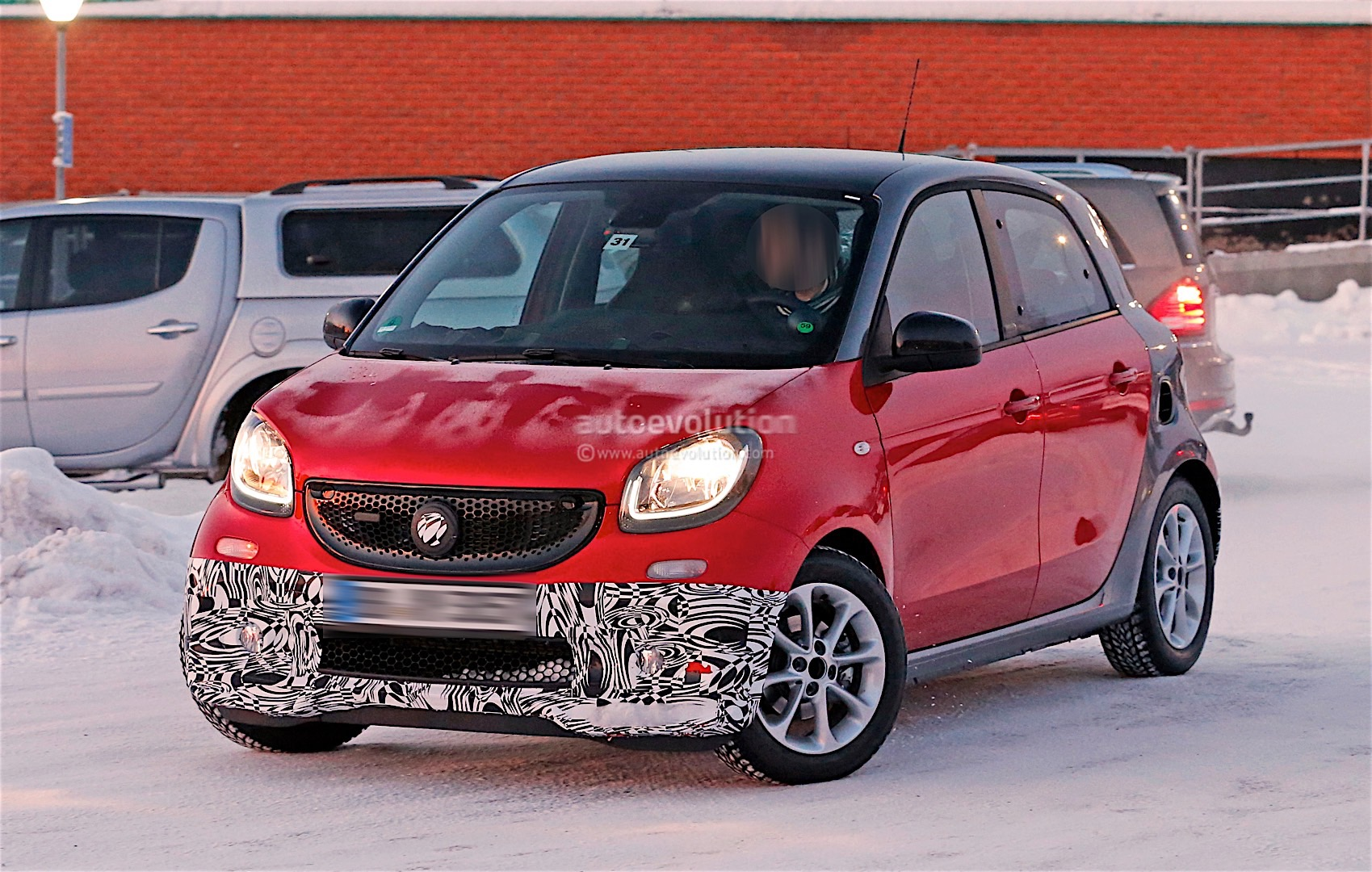 smart forfour brabus chooses red for winter testing looks. Black Bedroom Furniture Sets. Home Design Ideas
