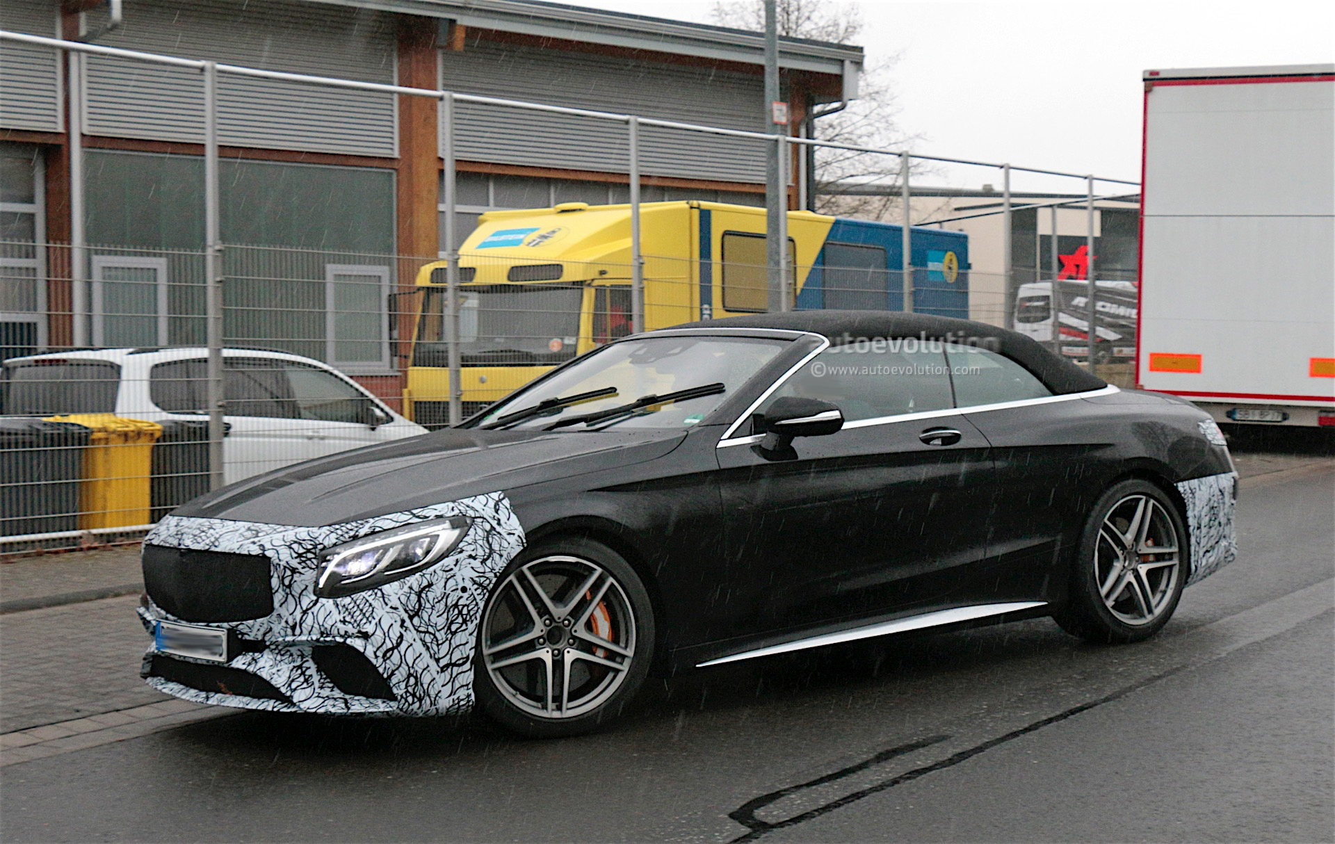 first spyshots of the facelifted 2019 mercedes amg s63 convertible in the wild autoevolution. Black Bedroom Furniture Sets. Home Design Ideas