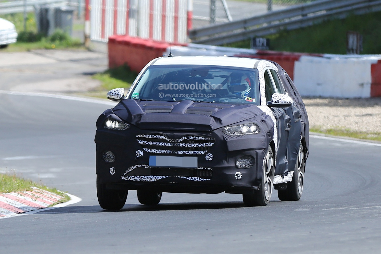 spy video 2016 hyundai ix35 testing at the nurburgring autoevolution. Black Bedroom Furniture Sets. Home Design Ideas